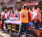 Uno de los mozos trasladados en ambulancia al CHN, atendido en el recorrido del encierro por Cruz Roja.