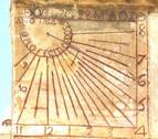 Un reloj de sol con firma de arquitecto