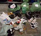 Hallan 23 bolsas con ropa y complementos en Mendillorri