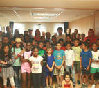 Niños saharauis vistan la Federación Navarra de Municipios y Concejos
