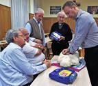 Quince sacerdotes aprenden reanimación cardiopulmonar (RCP) y a usar un desfibrilador