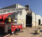 Un incendio calcina una nave industrial y material agrícola en Artajona