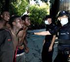 22 agentes heridos, algunos por cal viva, en un asalto a la valla de Ceuta