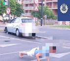 Decide hacer flexiones para rebajar la tasa de alcohol tras estrellar su coche en Murcia