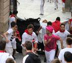 Los mozos se arriesgan con un lona de plástico en el quinto encierro de Estella