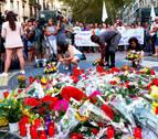 Centenares de personas homenajean a las víctimas del 17A en la plaza Cataluña