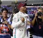 Hamilton logra la 'pole' en Marina Bay por delante de Verstappen