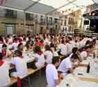 La juventud se sienta a la mesa en las fiestas de Olite