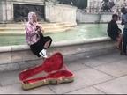 Justin Bieber canta en las calles de Londres para su prometida