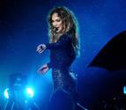 Jennifer López se cae en un concierto mientras saludaba a sus seguidores