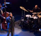 Salvador Sobral transforma el teatro del MUN en un club de jazz