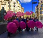 Paraguas y cuadernos rosas contra el cáncer en los comercios del Ensanche