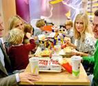 Pablo Casado la lía con una foto en la que come con su familia en un Mc Donald's