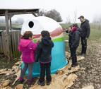 El colegio público de Zudaire crea arte con residuos en el parque de Urbasa-Andía