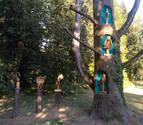 Un cedro del Líbano se convierte en Bertiz en expositor de esculturas