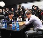Carlsen vence a Caruana en el desempate y retiene la corona de campeón mundial