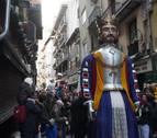Los Gigantes y Cabezudos acompañan a los pamploneses para celebrar en las calles San Saturnino