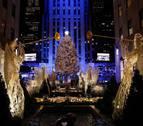 El emblemático árbol de Navidad de Rockefeller ya deslumbra en Nueva York