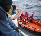 Malta rescata a 85 migrantes cerca de la costa tras naufragar su balsa de madera