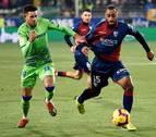 El Huesca remonta para ganar su primer partido en casa en Primera