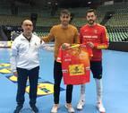 El navarro Javi Martínez visita a la selección española en Múnich