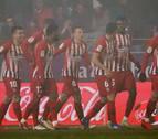 El Atlético emerge bajo la niebla para meter presión al Barça