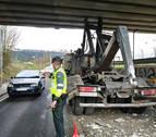 Retenciones en Landaben por el choque de una grúa con el puente de la vía del tren