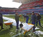 Una treintena de operarios del club han retirado la capa de nieve que cubría el estadio