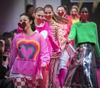 Color y alegría frente a lo convencional en el desfile de Ágatha Ruiz de la Prada