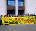 Una concentración rechaza el archivo de la querella de crímenes de franquismo