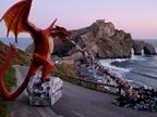 Greenpeace instala un dragón gigante en Gaztelugatxe para denunciar el plástico en el mar