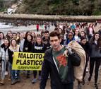 Jon Kortajarena y Greenpeace recogen plásticos en la playa vizcaína de Ereaga