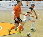 El ejemplar gesto deportivo del Aspil-Vidal tras marcar con el portero lesionado