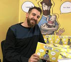 Eduardo Prádanos Grijalvo, palentino de 36 años, vive en el barrio madrileño de Malasaña, con su mujer, Ariana (31 años); y su hijo, Alex (2 años y medio). En la imagen, con su cómic.