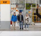 El actor Chino Darín visita Volkswagen Navarra y conoce cómo fabrican el T-Cross