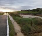 La rotura de una tubería del Canal corta 45 minutos la carretera Artajona-Tafalla