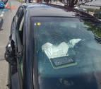 Choca contra dos coches aparcados en Landaben con el carné caducado