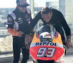 Márquez le enseña los secretos de su moto al futbolista Joaquín