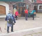 Burguete adapta el frontón para acoger a un grupo numeroso de peregrinos