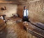 Egipto descubre tres nuevas tumbas bajo la sombra de las pirámides de Guiza