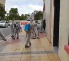 Una decena de personas 'fumigan' las calles de Estella tras pasar Albert Rivera