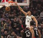 Milwaukee Bucks cobran ventaja gracias a un gran Antetokounmpo