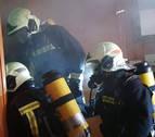 Rescatan ilesa a una pareja que dormía mientras ardía su piso en Obanos