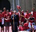 Sabalza, la afición y un San Fermín rojillo, a las puertas de la Catedral de Cádiz