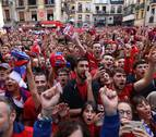 Miles de aficionados de Osasuna festejan en las calles de Pamplona el ascenso