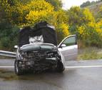 Herido un hombre de 75 años al caer 5 metros con su vehículo en la A-12 en Mañeru