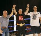 Carlos Morales levanta el cinturón de campeón 40 años después