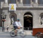 Colau vuelve a colocar el lazo amarillo en el Ayuntamiento de Barcelona
