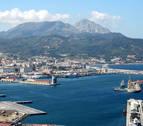 Detenidos 40 inmigrantes tras una batalla campal en el puerto de Ceuta