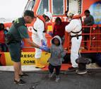 Llegan al puerto de Motril 40 personas rescatadas de una patera en Alborán